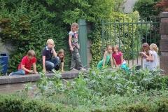 Leerlingen-van-de-Beekmanschool-op-zoek-naar-hun-tegel